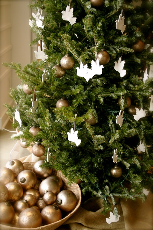 Natural-Christmas-Tree-Decorated